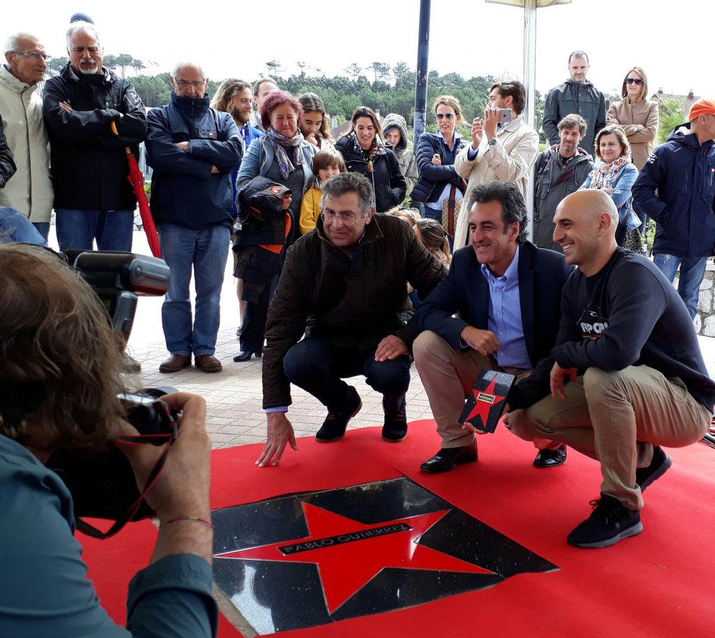 Pablo Gutiérrez inaugura el paseo de las estrellas del surf de Somo